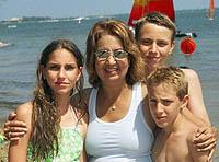 family2a.jpg (16184 bytes)